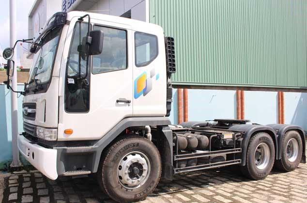 Xe đầu kéo Daewoo Novus V3TVF được thiết kế 2 cầu với công thức bánh xe 6x4 với 3 trục, khoảng cách giữa các trục bánh xe là 3240 + 1300 mm