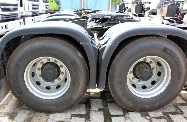 Lốp xe cỡ 12R22.5 hiệu Kumho/Hankook, đồng bộ trước sau tạo sự cân bằng, kháng mòn cao, khả năng chịu ma sát tốt và độ bám mặt đường tốt giúp xe leo dốc vượt lầy trong điều kiện tải nặng tốt.