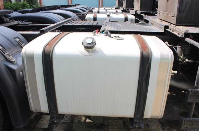 Thùng nhiên liệu xe đầu kéo Daewoo 420ps được làm bằng hợp kim nhôm chất lượng cao với dung tích 400 Lít yên tâm trên những chuyến đường dài.