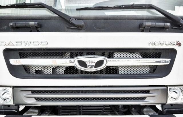 Lưới tản nhiệt của xe dạng góc cạnh kết hợp cùng hệ thống đèn halogen, tạo nét cá tính rất riêng cho mặt trước cabin xe.