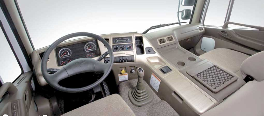 Cabin xe đầu kéo Daewoo 420Ps 2 cầu 6x4 – V3TVF được thiết kế rộng rãi, nội thất tiện nghi mang lại cảm giác thoái mái cho người sử dụng, 2 ghế ngồi, ở phía sau hàng ghế là khoang nghỉ rộng với giường nằm lớn bố trí tiện lợi giúp người trên xe nghỉ khi mệt mỏi,không những mang đến sự thoải mái mà còn giúp cho người sử dụng có thể thư giãn trên những tuyến đường dài.