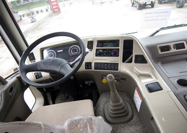Bảng điều khiển trung tâm, các công tắc chức năng được bố trí khoa học xung quanh vô lăng giúp cho tài xế dễ dàng thao tác trong quá trình sử dụng xe. Nội thất xe được trang bị nhiều tính năng như hệ thống giải trí CD Player, kết nối USB, bluetooth giúp người sử dụng giảm bớt căng thẳng trong những chuyến đi dài ngày.