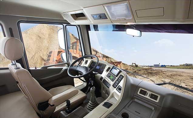 Nội thất bên trong xe còn được trang bị thêm nhiều tiện nghi như: ghế hơi, kính cửa điều chỉnh điện, khóa cửa trung tâm, chìa khóa thông minh có thể khóa mở cửa từ xa, hộc đựng đồ trên nóc cabin, hệ thống điều hòa không khí, hệ thống giải trí CD player, Radio FM cổng kết nối USB, không những mang đến sự thoải mái mà còn giúp cho người sử dụng có thể thư giãn trên những tuyến đường dài.