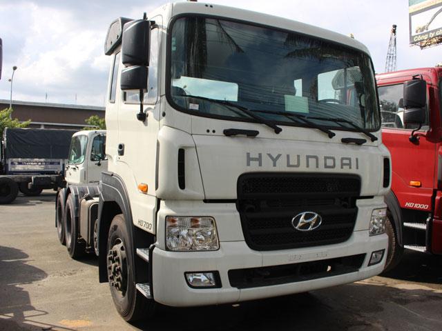 Model: Hyundai HD700, 2 cầu ga cơ Công thức bánh xe: 6x4(2 cầu, 1 dí), cabin có 1 giường nằm Động cơ: D6AC, công suất 340PS, dung tích xi lanh 11.149 cm3 Mâm kéo JOST (Đức), theo tiêu chuẩn châu Âu Hộp số H160S2, 10 số tiến, 02 số lùi(2 tầng số) Sức kéo: 38.550 kg Tải trọng 14.550 kg Thắng WABCO CN Đức Vô lăng trợ lực CN Đức Cầu láp: I=4.333 Thùng dầu: hợp kim nhôm 400 Lít Lốp: 12R22.5 - 16PR bó thép Xuất xứ: Nhập khẩu nguyên chiếc đồng bộ từ Hàn Quốc . Tình trạng: mới 100% model 2016 Bảo hành: 24 tháng hoặc 100.000 km.