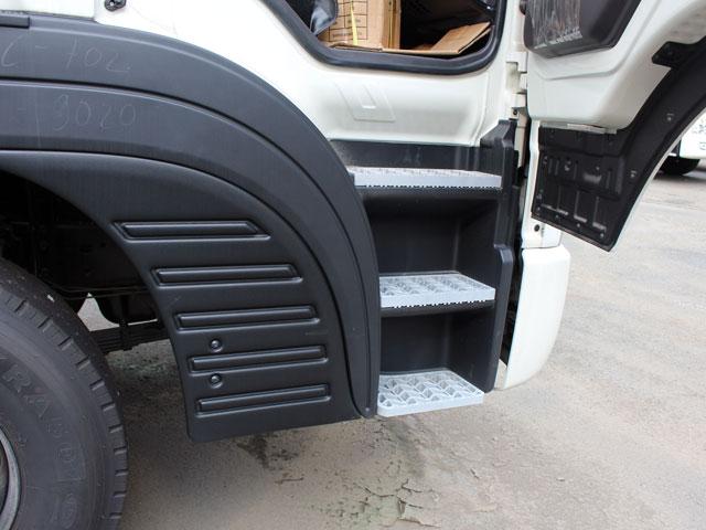 Bậc lên xuống thiết kế lớn dạng rảnh kết hợp với góc mở cửa cabin lớn giúp người dùng lên xuống xe dễ dàng, an toàn.