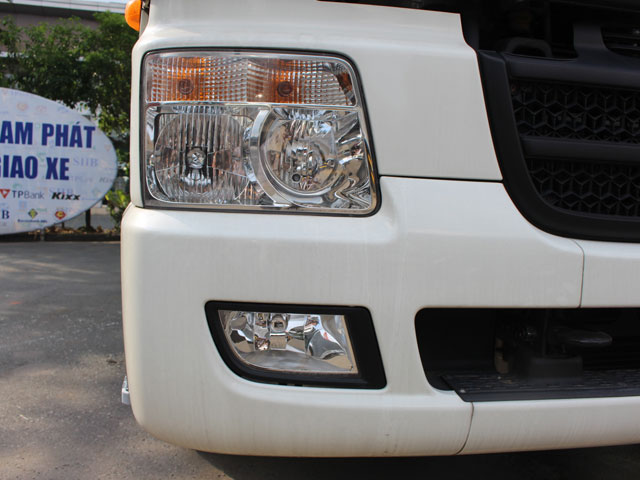 Hệ thống đèn pha Halogen thiết kế to bản kết hợp với đèn sương mù được đặt dưới cản trước, tăng khả năng chiếu sáng, giúp lái xe an toàn hơn vào ban đêm.