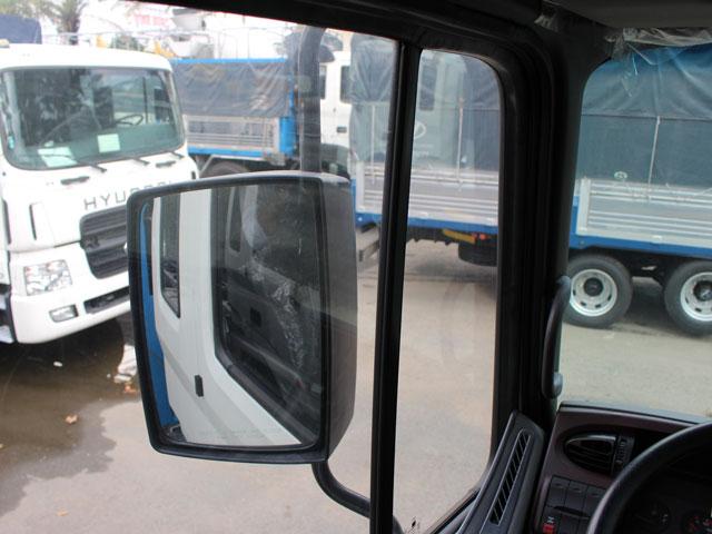 Gương chiếu hậu chỉnh điện thiết kế lớn giúp tài xế quan sát tốt hơn phía sau xe, đèn xi nhan tích hợp bên hông cửa.