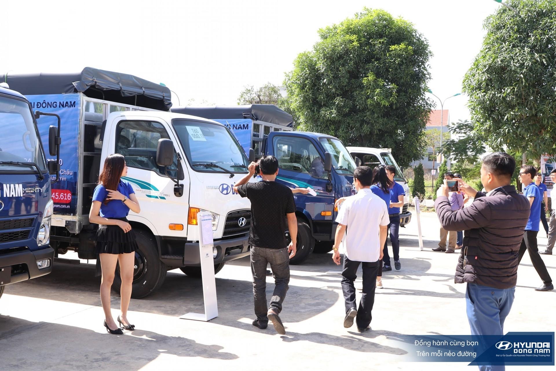 Hình ảnh khách hàng tham khảo xe tải Hyundai